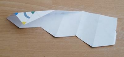 Repliez les lignes diagonales vers l'arrière (pliage en montagne)