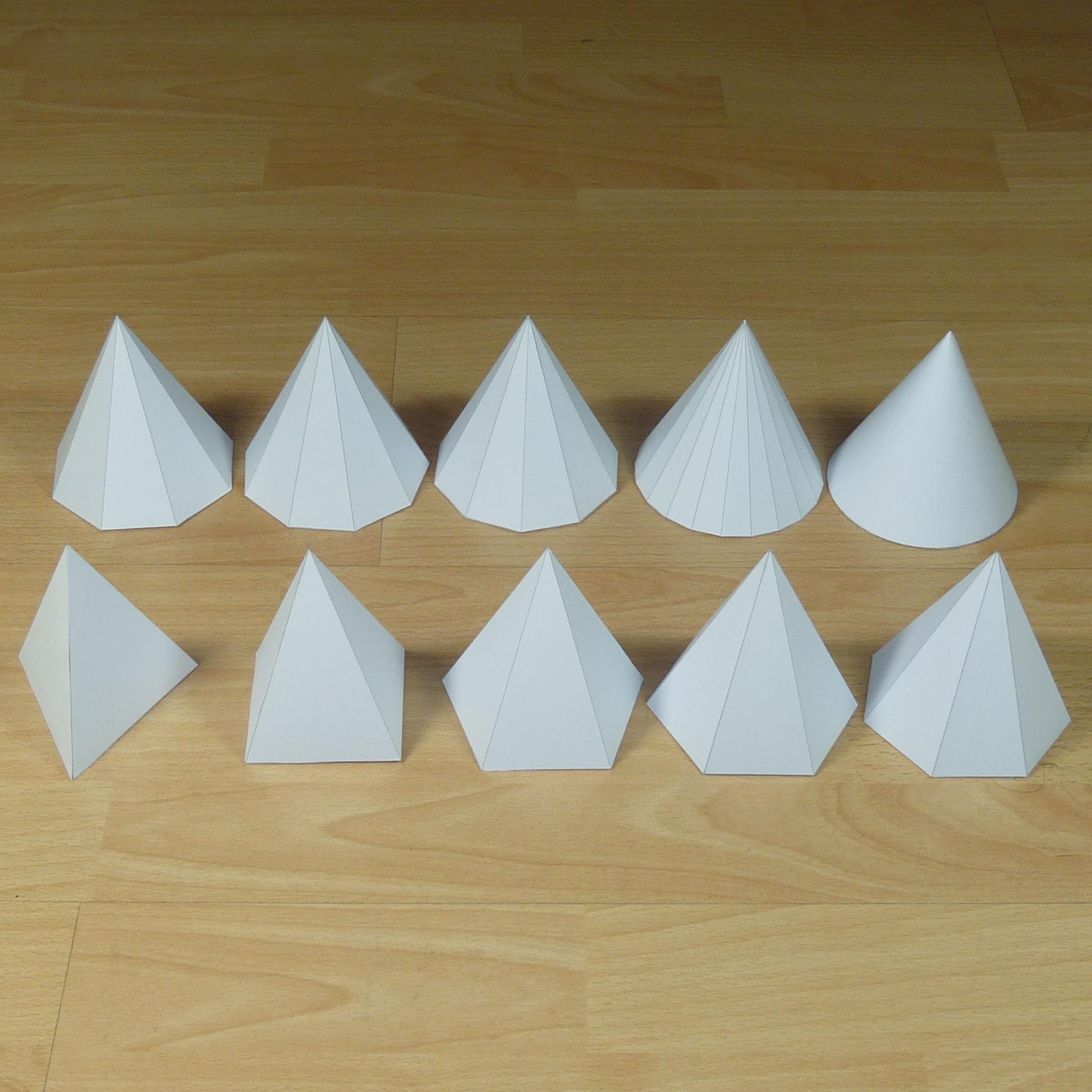 Modelli di carta di piramidi della stessa altezza