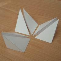 six pyramides triangulaires formant un cube
