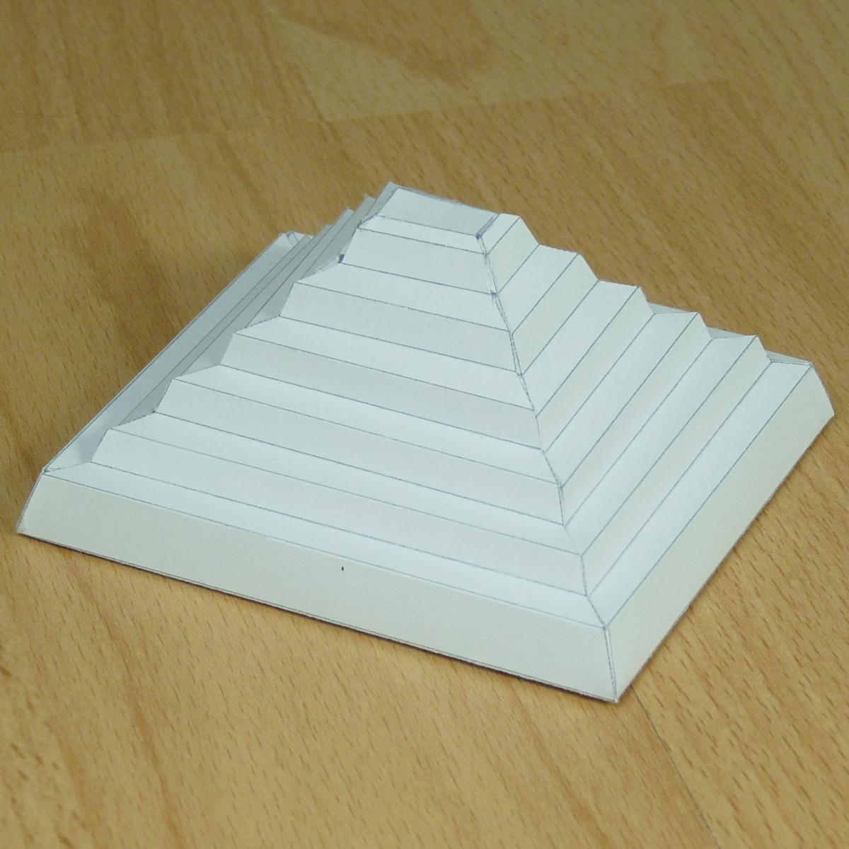 Modelo De Papel De Un Pirámide Escalonada De Zoser
