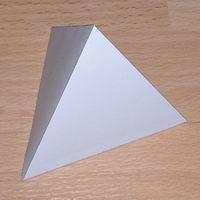 Papercraft imprimible y recortable de un Tetraedro Regular / Tetrahedron. Manualidades a Raudales.